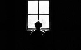 """Con gái 4 tuổi thường xuyên nhìn thấy """"ai đó"""" bên ngoài cửa sổ vào ban đêm, bố mẹ nhói lòng khi tìm ra sự thật"""