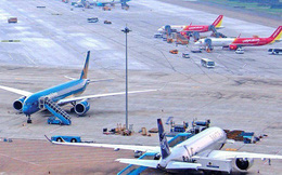 Máy bay chuẩn bị cất cánh, tài xế xe tải đột ngột bẻ lái cách nửa mét