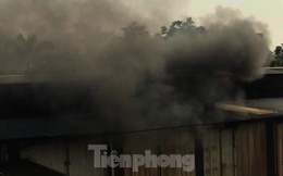 Người dân cạnh Cty có dầu thải đổ xuống sông Đà chìm trong khói ô nhiễm
