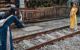 Hơn 2 tuần kể từ khi xóm cà phê đường tàu bị xóa sổ, hàng trăm du khách nước ngoài vẫn tìm đến xin được chụp ảnh