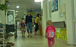 """Xót lòng bé gái ung thư 3 tuổi đeo cặp sách lon ton trong bệnh viện: """"Ngày nào nó cũng đòi đi học"""""""