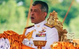 """Một tuần sau khi phế truất Hoàng quý phi, vua Thái Lan cách chức thêm 2 cận vệ phòng ngủ vì tội """"ngoại tình"""" và """"gian dâm"""""""