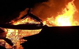 Khoảnh khắc kinh hoàng khi lâu đài Shuri 600 năm tuổi của Nhật Bản chìm trong biển lửa