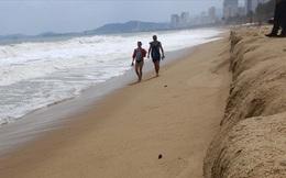 """Trước bão số 6: Kỳ lạ """"tường"""" cát cao gần 1m xuất hiện ở biển Nha Trang"""