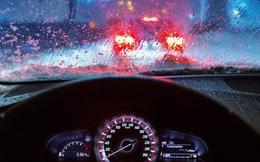 """Những nguyên tắc """"sinh tồn"""" khi lái xe trong mưa bão"""