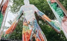 """Khi rác thải nhựa biến thành những tác phẩm nghệ thuật ở Hà Nội: Chúng ta đang dần bị """"hóa nhựa"""" như thế nào?"""