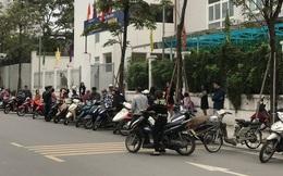 Không còn cảnh chen lấn xô đẩy, phụ huynh ở Hà Nội xếp hàng đón con một cách ngăn nắp đáng kinh ngạc