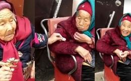 Khoảnh khắc mẹ già 107 tuổi chia kẹo cho con gái 84 tuổi khiến hàng triệu trái tim thổn thức
