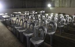 Hoảng hồn với phòng họp báo của trận U22 Thái Lan - U22 Indonesia: Nhìn như nhà kho bỏ hoang trong phim kinh dị, nhếch nhác, tối tăm, đầy nguy hiểm