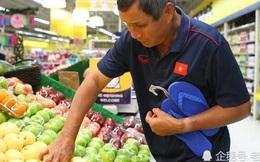 Báo Trung Quốc bất ngờ khi HLV Việt Nam phải tự đi mua đồ ăn giúp học trò chống đói