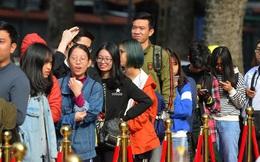 """Chùm ảnh: Người dân Hà Nội xếp hàng dài từ sớm, tranh thủ """"săn"""" hàng giảm giá ngày Black Friday"""