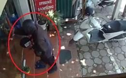 """Hà Nội: Nữ chủ cửa hàng điện thoại kể lại giây phút đối mặt với đối tượng """"đen như Bao Công"""" đập đĩa xin tiền vào cửa kính"""