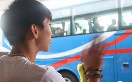Xúc động cảnh Văn Hậu chia tay đồng đội, ở lại Philippines một mình