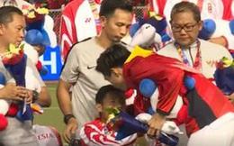 Khoảnh khắc ấm áp: Văn Hậu ôm và xin lỗi ngôi sao Indonesia sau pha va chạm dẫn đến chấn thương