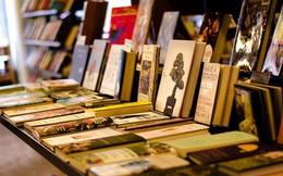 Lấy lòng nhà văn nổi tiếng, chủ hiệu sách nói 1 câu vừa gây cười, vừa sâu cay về thói nịnh hót: Đáng ngẫm