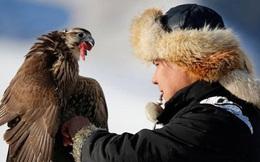 Những chú đại bàng vàng dũng mãnh bên cạnh thợ săn Kazakhstan