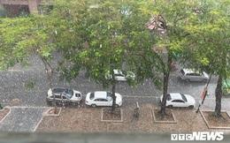 'Cơn mưa vàng' trút xuống Hà Nội, đánh tan bầu không khí mịt mờ khói bụi