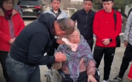 HLV Park Hang-seo bật khóc khi về thăm mẹ già 97 tuổi khiến các tuyển thủ U23 Việt Nam lặng người
