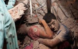 """Đằng sau bức ảnh """"Vĩnh cửu"""" về cái ôm cuối cùng trong đống đổ nát: Bóc trần mặt trái của xã hội cùng sự thức tỉnh cho toàn nhân loại"""