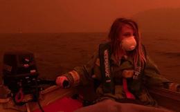 Bức ảnh cuối cùng của năm 2019 gây chấn động thế giới: Đứa trẻ lênh đênh trên biển với bầu trời đỏ ngầu như máu hé lộ thảm kịch đau lòng