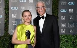 Mở đầu 2020 rạng rỡ: Trang phục do Công Trí thiết kế giúp Kristen Bell chiếm trọn spotlight khi nhận giải thưởng danh giá đầu tiên trong sự nghiệp