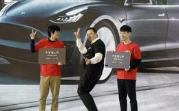Khoảng thời gian hạnh phúc ngập tràn của Elon Musk: Vui vẻ nhảy múa trên sân khấu khi cổ phiếu Tesla thăng hoa, sắp đạt KPI vốn hóa 100 tỷ USD