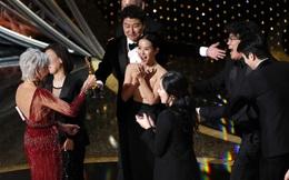 """Siêu phẩm """"Parasite"""" của đạo diễn Hàn Quốc Bong Joon Ho làm nên lịch sử, ẵm giải phim xuất sắc nhất Oscar 2020"""