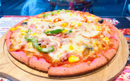 Lấy cảm hứng từ bánh mỳ thanh long, ông chủ nhà hàng ở Hà Nội làm pizza thanh long, giá chỉ 55 ngàn đồng/cái