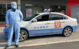 Tình người ở Vũ Hán: Tài xế taxi chấp nhận rủi ro lây bệnh, ăn mỳ tôm trừ bữa, lái xe 12 tiếng mỗi ngày chở người dân miễn phí đi mua thực phẩm, đến bệnh viện