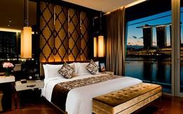 """5 câu hỏi """"vì sao"""" về gối trong phòng khách sạn: Vì sao không có gối ôm? Vì sao giường cho 2 người nhưng lại có đến 4 gối? Sao gối hình vuông có màu đậm thay vì màu trắng?..."""