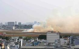 Máy bay Vietnam Airlines nổ lốp khi chạy đà, khói bốc mù mịt tại sân bay Tân Sơn Nhất