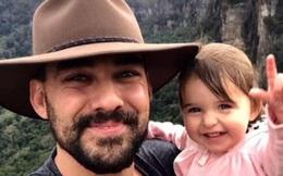 Cha là lính cứu hỏa hi sinh khi chữa cháy rừng ở Úc, con gái nhỏ không hay biết vẫn nô đùa bên linh cữu khiến ai cũng xót xa
