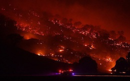 Hỏa Diệm Sơn ở Úc: Đám cháy lớn từ 2 nơi nhập vào nhau tạo thành ngọn lửa khổng lồ thiêu đốt hơn nửa triệu héc ta