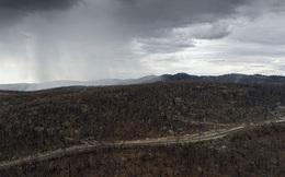 Mưa lớn làm dịu đám cháy trên đất Úc, nhưng mưa to quá lại khiến lũ quét và sạt lở đất xuất hiện