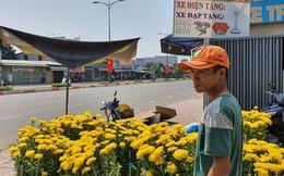 Chồng đột quỵ rồi mất trong lúc bán hoa Tết ở Sài Gòn, vợ cùng các con vội về đưa tang với hơn 2 tấn dưa còn nằm lại vỉa hè