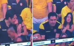 """Góc đen đủi: Bị camera quay được cảnh hôn gái lạ trên khán đài, fan bóng đá bị vợ đá tức khắc vì tội """"cắm sừng"""""""