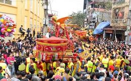 Hàng nghìn người hò reo cổ vũ màn rước pháo và tung hô quan đám tại lễ hội Đồng Kỵ