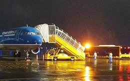 """Chuyến bay đặc biệt đưa người Việt """"mắc kẹt"""" ở Trung Quốc về nước tại sân bay Vân Đồn"""