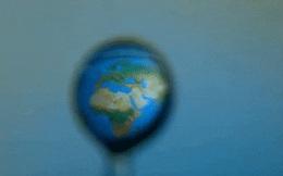 Nhồi nhét bản đồ thế giới vào trong giọt nước bé tí: Video chuyển động siêu chậm nhìn như phép màu!