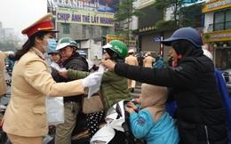 CSGT Hà Nội tổ chức phát khẩu trang miễn phí tại nhiều nút giao thông
