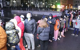Hà Nội: Hàng trăm cư dân chung cư xếp hàng dưới trời mưa lạnh giữa đêm khuya để mua khẩu trang
