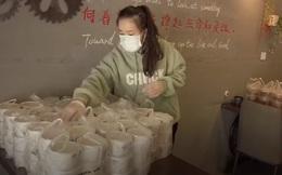Nghĩa cử đẹp ở tâm dịch Vũ Hán: Quyết không để y bác sĩ nơi tiền tuyến đói bụng, gia đình chủ quán đi hơn 500km mỗi ngày để giao cơm tiếp tế cho bệnh viện