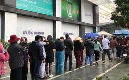 Người dân bỏ làm, đội mưa lạnh đứng đợi nhận khẩu trang miễn phí tại chợ thuốc lớn nhất Hà Nội
