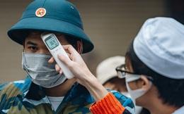 Ảnh: Đo thân nhiệt, phát khẩu trang cho các tân binh tại lễ giao nhận quân nhân giữa dịch virus Corona
