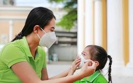 Học sinh sắp quay trở lại trường, cha mẹ có cần yêu cầu trẻ đeo khẩu trang 24/24 để phòng tránh lây lan virus nCoV?
