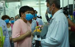 Bệnh nhân thứ 2 người Trung Quốc nhiễm virus corona (Covid-19) vừa xuất viện tại BV Chợ Rẫy, cúi đầu cảm ơn bác sĩ Việt Nam