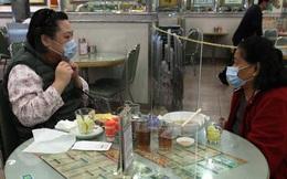 Ngăn dịch Covid-19, nhà hàng Hong Kong đặt tấm chắn trên bàn ăn cho khách