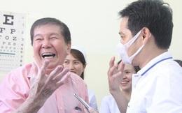 """Ảnh: Nam Việt kiều 73 tuổi nhiễm Covid-19 xuất viện, TP.HCM không còn ca bệnh: """"Lúc vào bàng hoàng, ra về phấn khởi"""""""