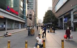 Chợ đóng cửa, thương nhân Trung Quốc bán đồ bằng thùng trên vỉa hè