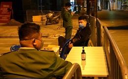 Phong tỏa 2 đầu phố Trúc Bạch: Người đòi ra ngoài không được bức xúc tìm cách trốn